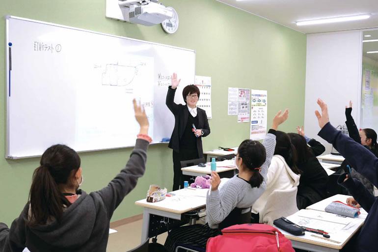 教室で教える先生